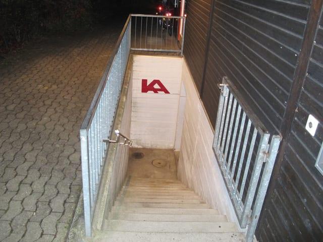 Eine unscheinbare Treppe führt hinab in den Kulturkeller. Es ist ein umgebauter Luftschutzkeller.