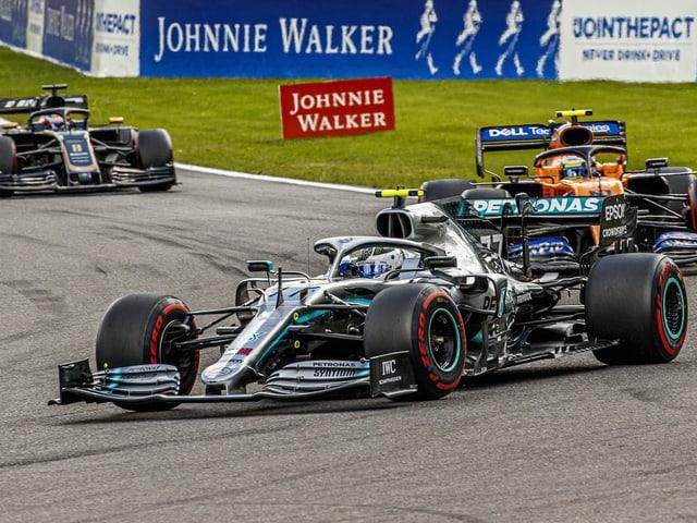Formel-1-Boliden auf der Strecke.