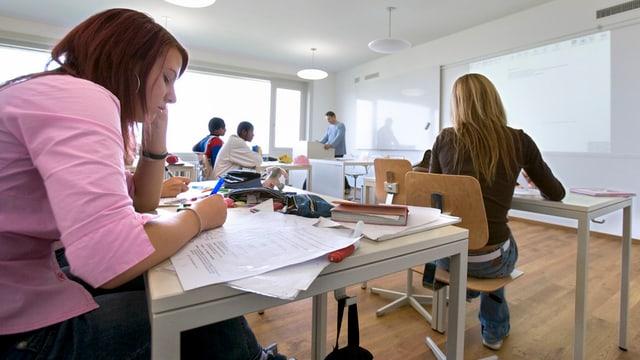 Schülerinnen und Lehrer in einem Klassenzimmer