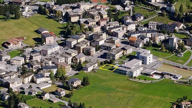 Purtret dal vitg da Zernez cun diessegnà la zona che duai vegnir duvrada per engrondir la chasa da scola.