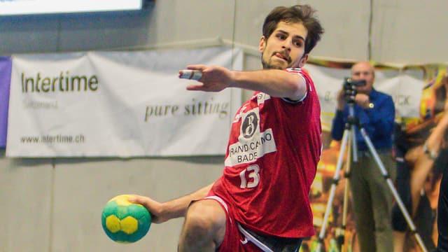 Ein Handballer mit einem Ball