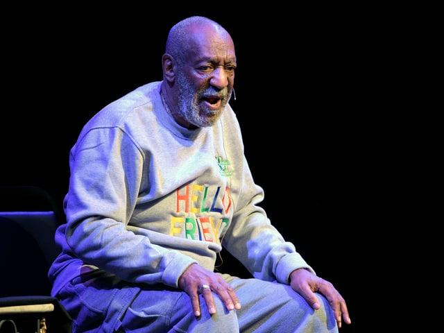 Bill Cosby sitzend.