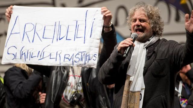Beppe Grillo hat mit seiner Bewegung Cinque Stelle Stimmen der Linken und Rechten eingesammelt.