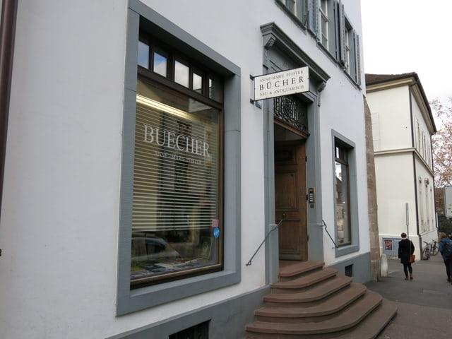 Schaufenster und Eingang Buchhandlung Annemarie Pfister