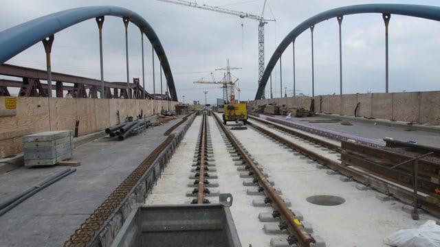 Tram-Trasse auf einer noch nicht ganz fertig gestellten neuen Brücke