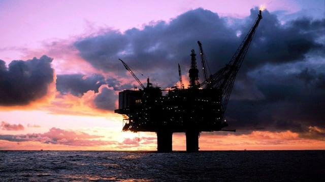 Eine Ölplattform im Meer.