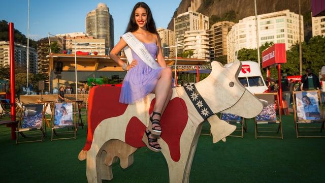 Miss Schweiz Lauriane Sallin sitzt auf einer übergrossen Holzkuh