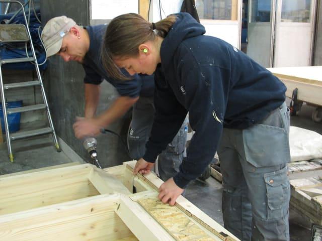 Sarah Schweizer mit einem Kollegen bei der Arbeit.