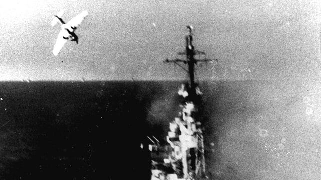 ein Kamikaze-Flieger im Anflug auf ein US-Kriegschiff.