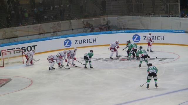 Eine Hockey-Mannschaft beim Bully