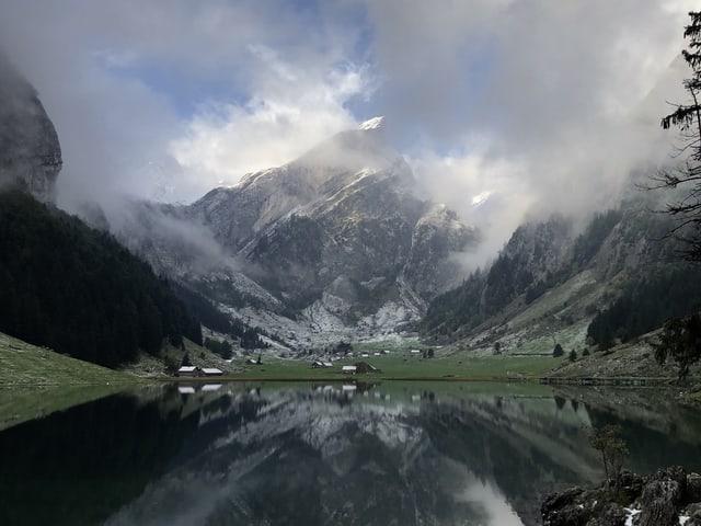 In einem Bergsee spiegelt sich der Alpstein.