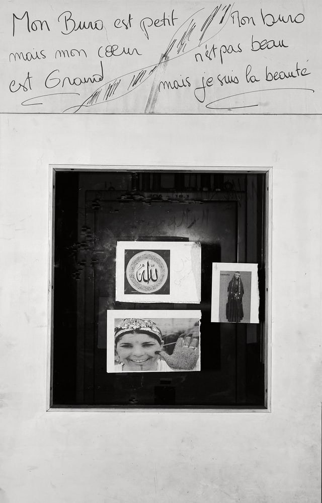 Fotojournalist dokumentiert eine verblichene hingekritzelte Botschaft auf einer Tür: «Mon Buro est petit, mais mon coeur est grand.»
