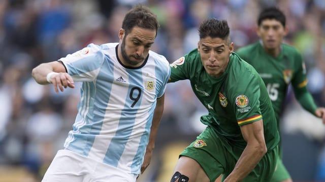 Nelson Cabrera im Duell mit Argentiniens Gonzalo Higuain.