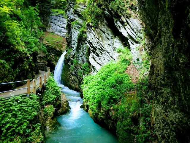 Wasserfall in einer Schlucht.