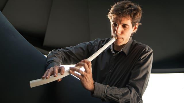 Ricardo Simian spielt einen weissen 3D-Zinken.