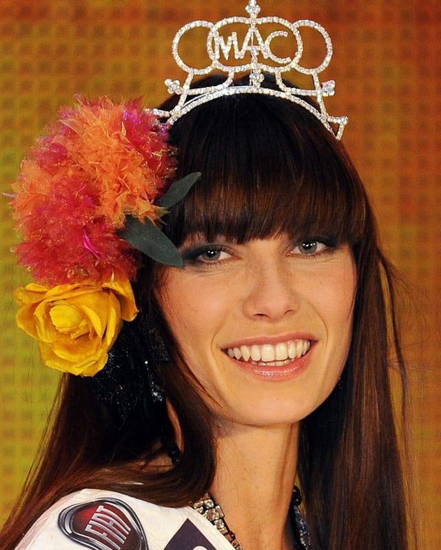 Portrait Ena Kadic mit Krönchen