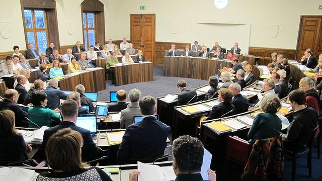 Blick in den Kantonsratssaal während einer Debatte.