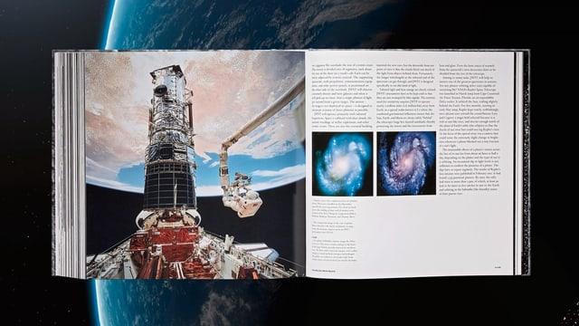 Ein Buch mit einem grossen und zwei kleinen Bildern vor dem Hintergrund der Erde im All aufgeschlagen. Auf dem grossen Bild sieht man die Erde aus dem Weltall betrachtet und davor eine Ruamkapsel, an der gerade ein Astronaut arbeitet.