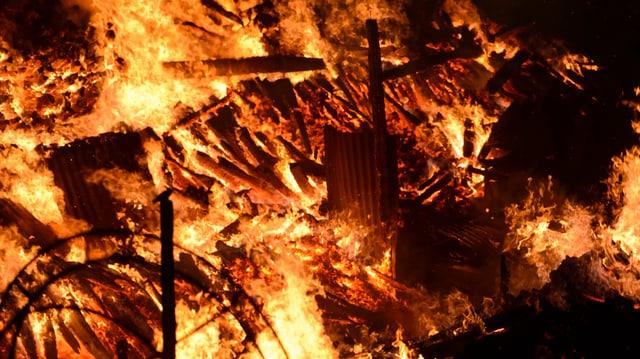 Ein grosses Feuer.