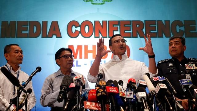 Malaysias Transportminister spricht an einer Pressekonferenz.