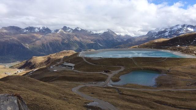 See, im Hintergrund Bergpanorama.