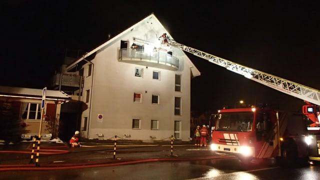 Die Feuerwehr löscht einen Brand in einer Dachwohnung in Muri.