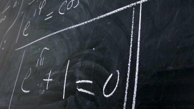 Eine Wandtafel mit einer mathematischen Formel: Am neuen Institut der ETH Zürich dreht sich alles um Mathematik und ihre Anwendungen.