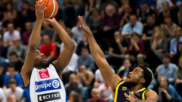 zwei Basketballspieler