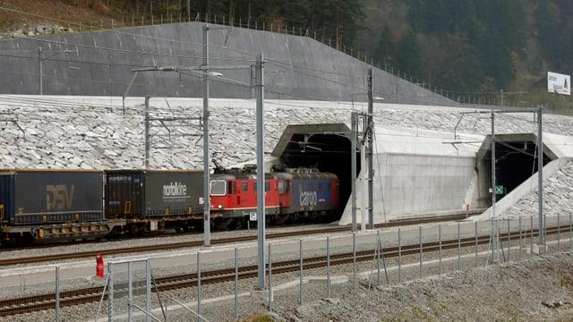 Der Gotthardtunnel mit Güterzügen davor