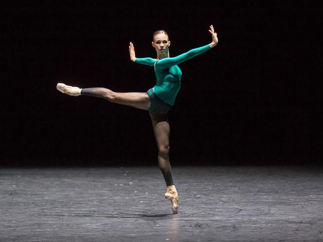 Eine Tänzerin tanzt auf der Spitze.