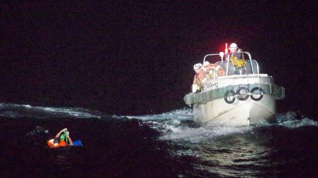 Ein Crewmitglied des gesunkenen Frachtschiffs wird von der Küstenwache gerettet.