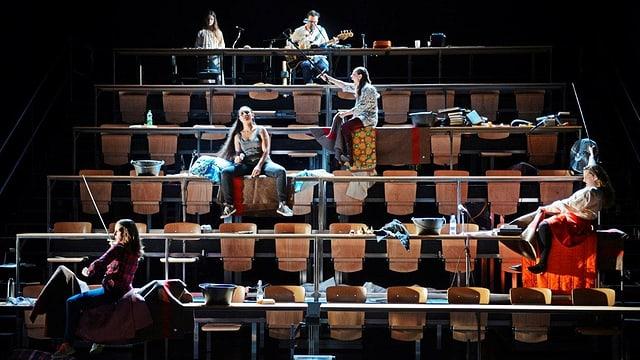 Blick auf die Bühne, die einen Hörsaal darstellt.