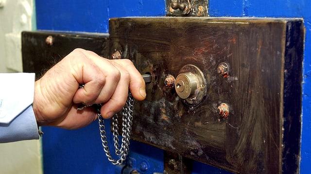 Mann öffnet Gefängniszelle