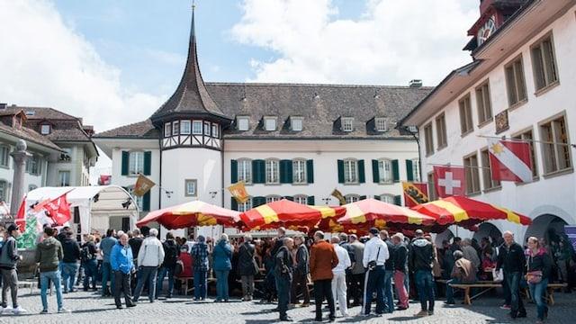 Eine Menschenmenge auf dem Thuner Rathausplatz