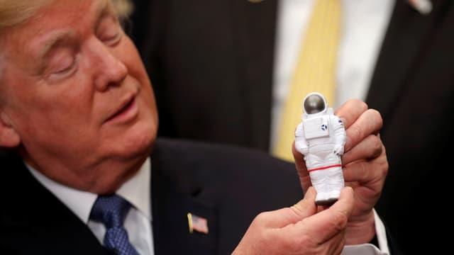 Donald Trump mit einer Astronauten-Figur.