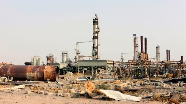 Finanzquellen austrocknen: Eine Öl-Raffinerie nördlich von Bagdad nach einem Angriff der Anti-IS-Allianz.