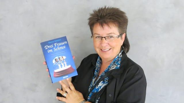 Blanca Imboden mit ihrem neuen Buch «Drei Frauen im Schnee»