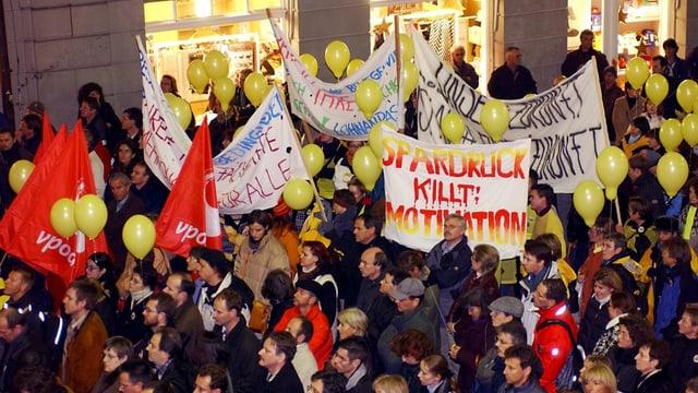 Schon im Jahr 2012 zogen tausende Personen gegen Lohnkürzungen durch die St. Galler Innenstadt.