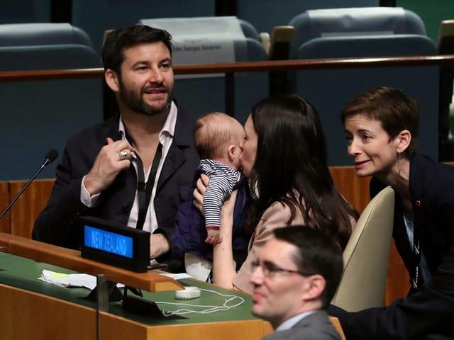 Jacinda Ardern mit Baby und Ehemann im UNO-Hauptsitz in New York