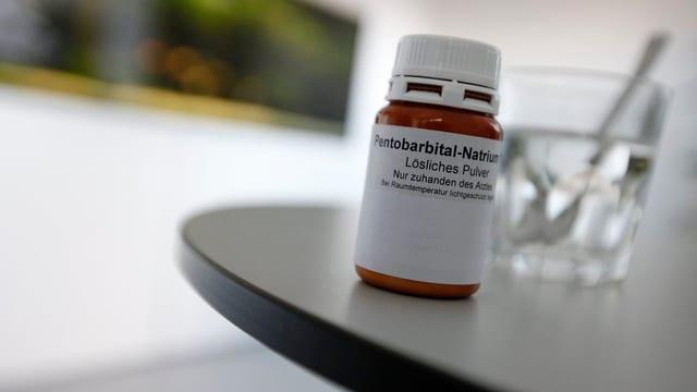 Das Schlafmittel Pentobarbital in einer Flasche auf einem Tisch. Es wird von Sterbewilligen eingenommen.