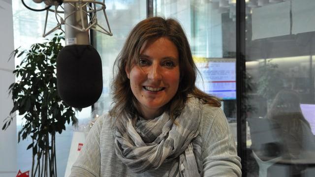 Cilgia Marti-Rauch en il studio da RTR