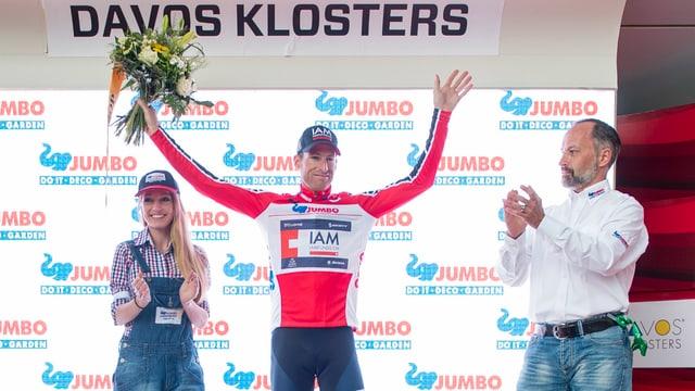 Martin Elmiger jubelt im Trikot des besten Schweizers auf dem Siegerpodest der Tour de Suisse 2016