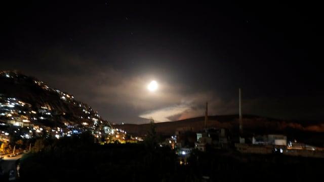Nachtszenerie mit Raketenbeschuss.