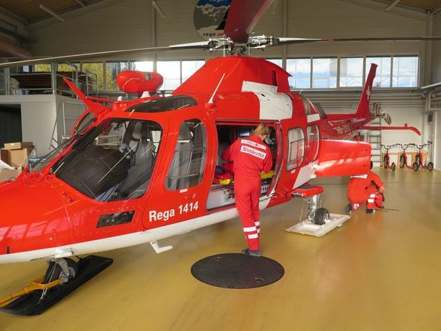 Kontrolle des Material im Helikopter