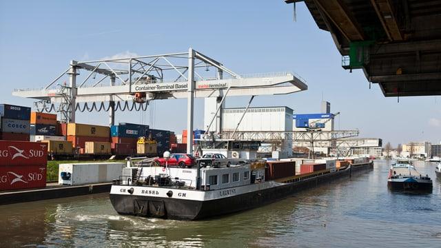 Rheinschiff in Basel