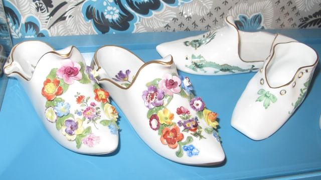 Porzellanschühlein mit Blumenschmuck