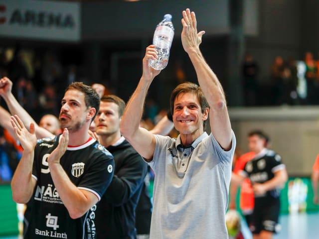 Pfadi-Trainer Adrian Brüngger und Spieler Mathias Kasapidis freuen sich über den Final-Einzug.