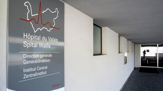 Eine Tafel mit dem Schriftzug «Spital Wallis»