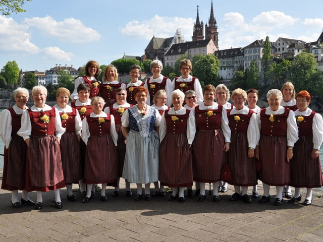 Das Frauen-Jodel-Chörli vor dem Basler Münster.