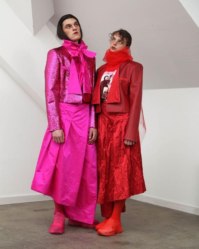 Mann in pinker Seide, Frau in roter